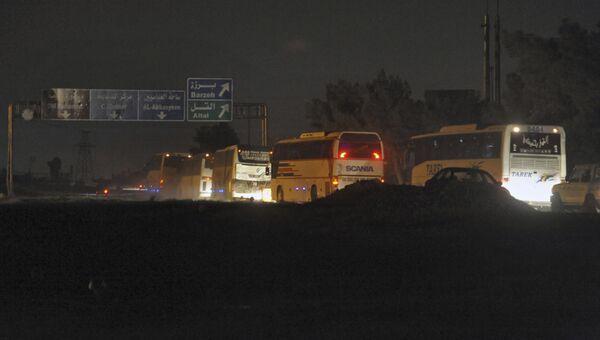 Колонна автобусов с боевиками и членами их семей покидает Восточную Гуту
