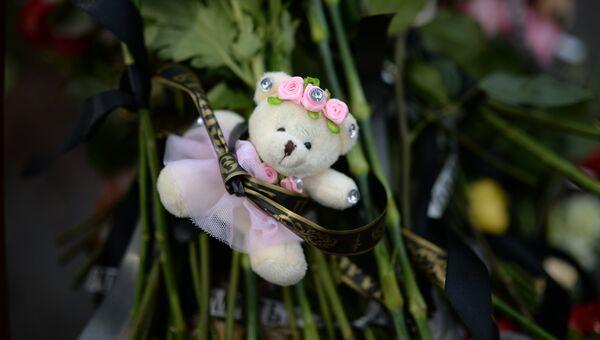 Цветы и мягкие игрушки возле здания торгового центра «Зимняя вишня» в Кемерово, где произошел пожар