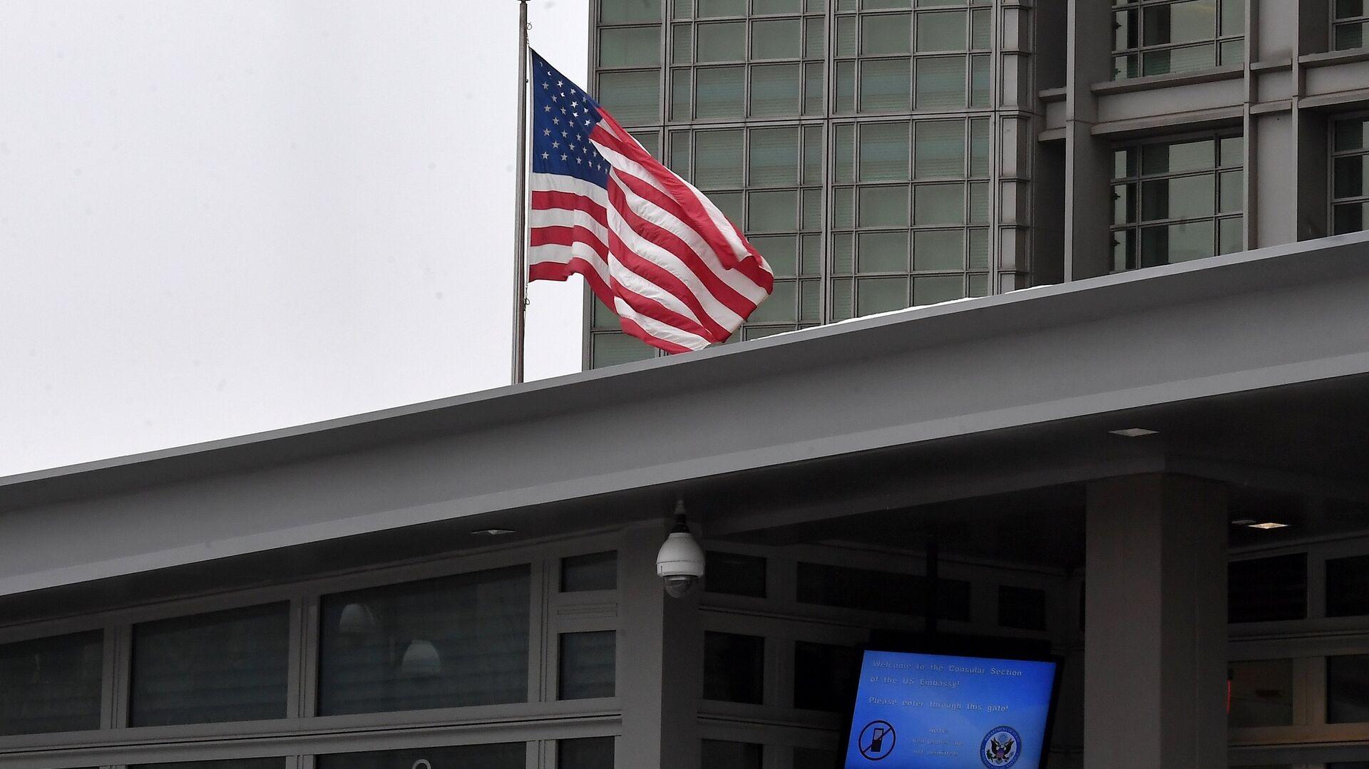 Американцам с истекающей визой рекомендовали покинуть Россию до 15 июня