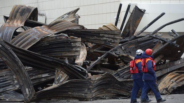 Сотрудники МЧС разбирают завалы после пожара в торговом центре Зимняя вишня в Кемерово