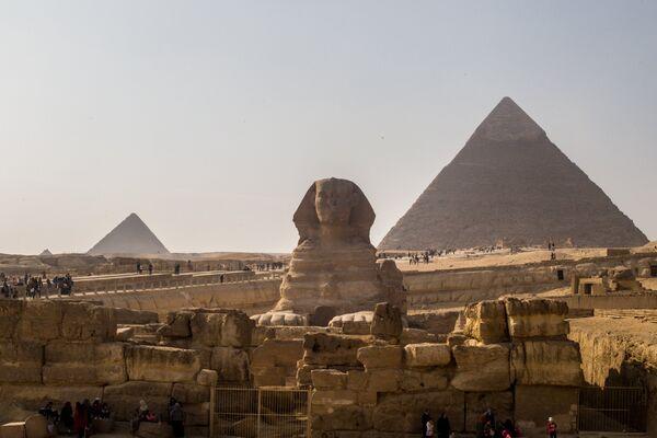 Сфинкс и пирамиды в Эль-Гизе, пригороде Каира