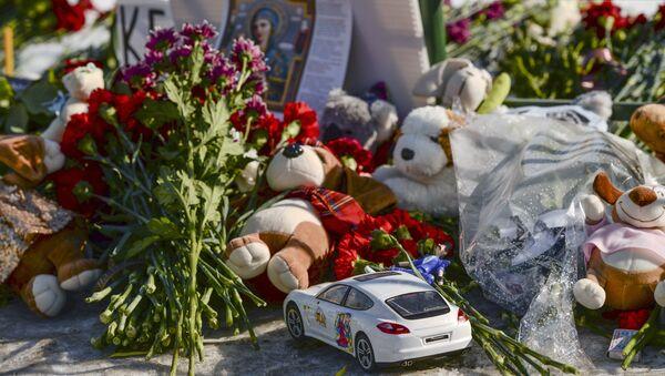 Мемориал на Дворцовой площади в Санкт-Петербурге в память о погибших в ТЦ Зимняя вишня в Кемерово