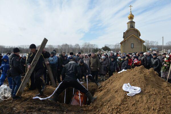 Похороны погибших при пожаре в торговом центре Зимняя вишня в Кемерове