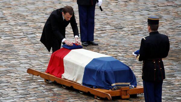 Президент Франции Эммануэль Макрон на церемонии прощания с подполковником жандармерии Арно Бельтрамом в Париже. 28 марта 2018 года