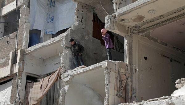 Дети играют в разрушенном доме в Восточной Гуте, Сирия