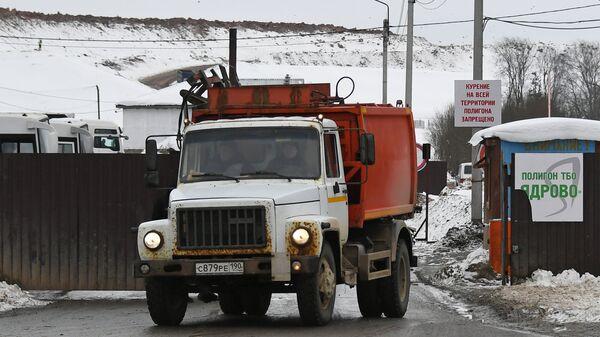 Машина выезжает с территории полигона твердых бытовых отходов Ядрово в Московской области