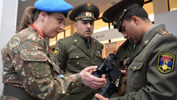 Военнослужащие вооруженных сил Армении осматривают автомат Вал на международной выставке вооружения и оборонных технологий ArmHiTec-2018 в Ереване