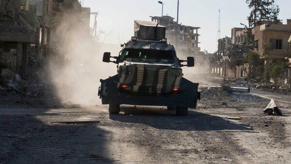 Бронетранспортер Сирийских демократических сил, поддерживаемых США, в Ракке, Сирия. Архивное фото