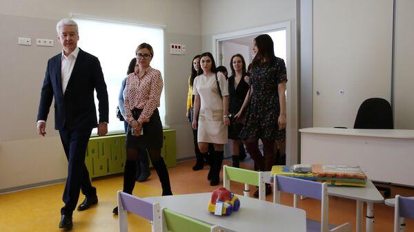 Мэр Москвы Сергей Собянин во время посещения ГБОУ Школа №2120 в Новой Москве. 30 марта 2018
