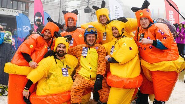 Участники массового спуска в карнавальных костюмах на фестивале BoogelWoogel-2018 с горы Роза Плато в Сочи