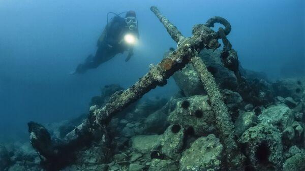 В Петербурге на старинном затонувшем судне нашли сотни бутылок