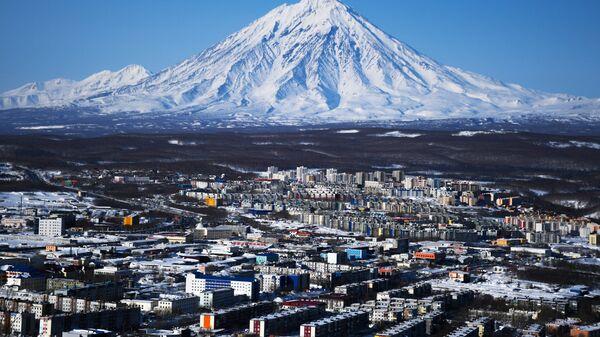 Вид на Петропавловск-Камчатский и вулкан Корякский