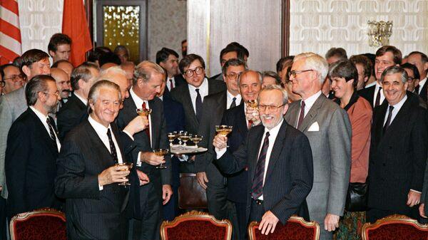 Министры иностранных дел шести государств - СССР, США, Великобритании, Франции, ГДР и ФРГ, а также Президент СССР М.С.Горбачев после подписания Договора об объединении ГДР и ФРГ. 1990 год