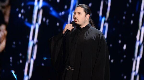 Иеромонах Фотий выступает на праздничном концерте в честь пятилетия телепроекта Голос