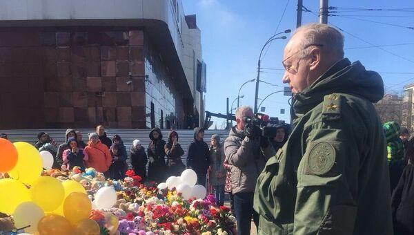 Председатель Следственного комитета России Александр Бастрыкин возложил цветы к народному мемориалу в Кемерово. 31 марта 2018