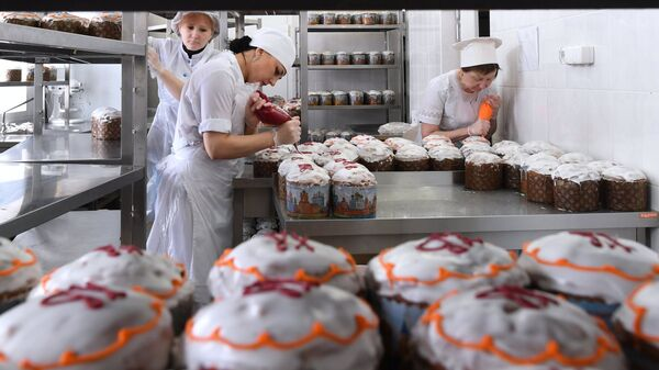 Украшение готовых пасхальных куличей. Архивное фото