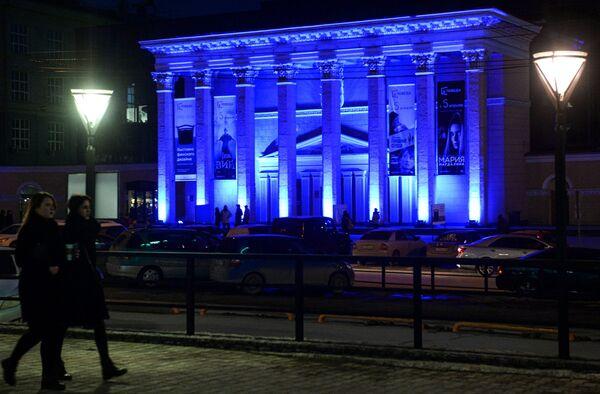 Здание кинотеатра Победа в Новосибирске, подсвеченное синим цветом в рамках международной акции Зажги синим (Light It Up Blue), которая приурочена к Всемирному дню распространения информации об аутизме