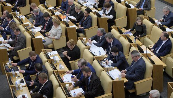 Депутаты перед началом пленарного заседания Государственной Думы РФ. 3 апреля 2018