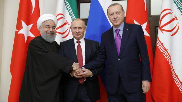 Президент РФ Владимир Путин, президент Ирана Хасан Рухани и президент Турции Реджеп Тайип Эрдоган во время встречи в Сочи. 22 ноября 2017