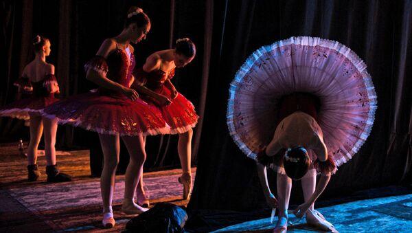 Учащиеся Новосибирского государственного хореографического училища во время ежегодного выпускного концерта на большой сцене Новосибирского академического театра оперы и балета (НОВАТ).
