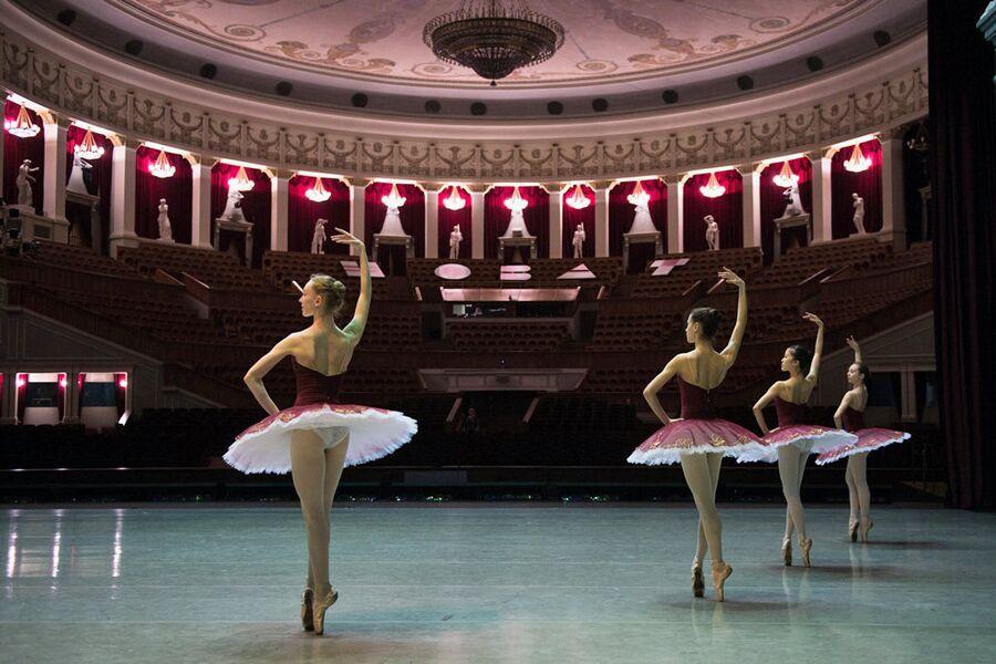 Учащиеся Новосибирского государственного хореографического училища во время ежегодного выпускного концерта на большой сцене Новосибирского академического театра оперы и балета (НОВАТ)