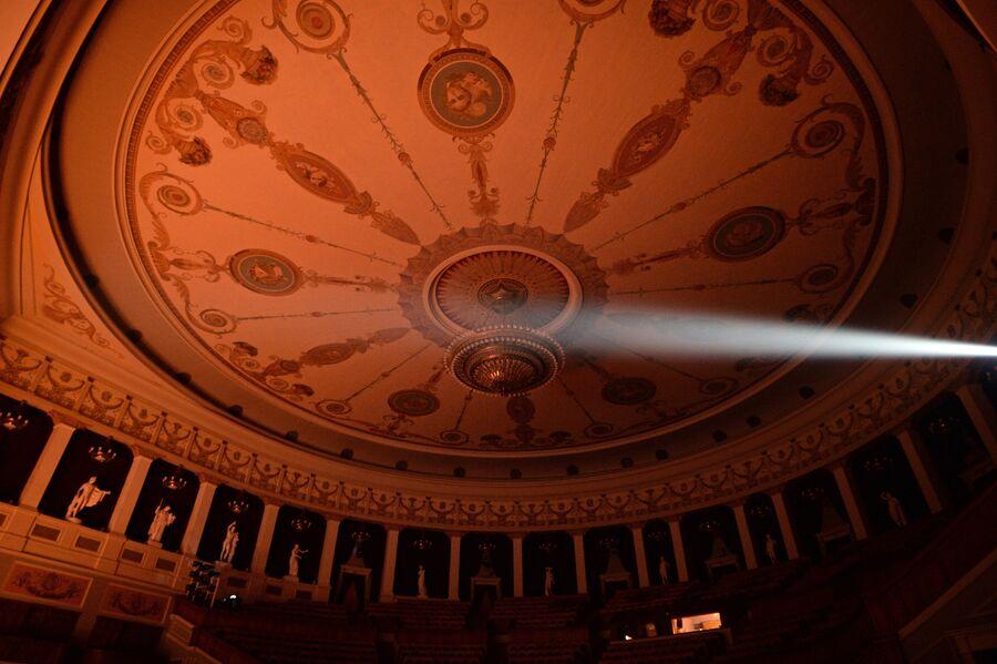Потолок зрительного зала Новосибирского оперного зала. В пространстве галереи установлены 16 мраморных скульптур – копии работ античных мастеров