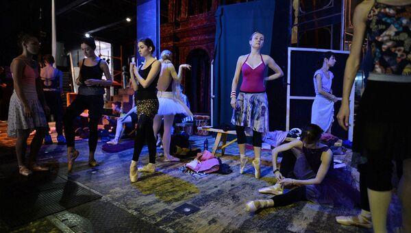 Балерины в гримерной Новосибирского оперного театра.