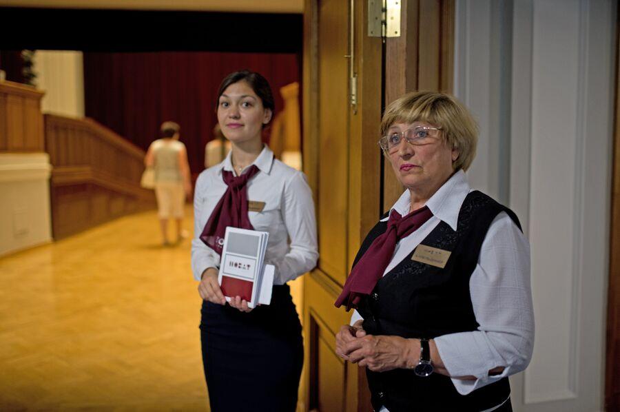 Капельдинеры встречают гостей перед началом спектакля в Новосибирском оперном театре