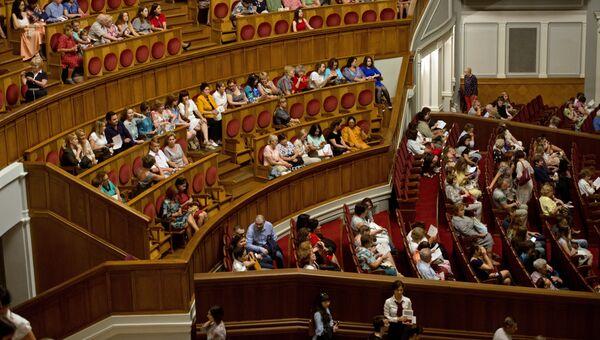 Большой зал театра после реконструкции вмещает 1774 зрителя.