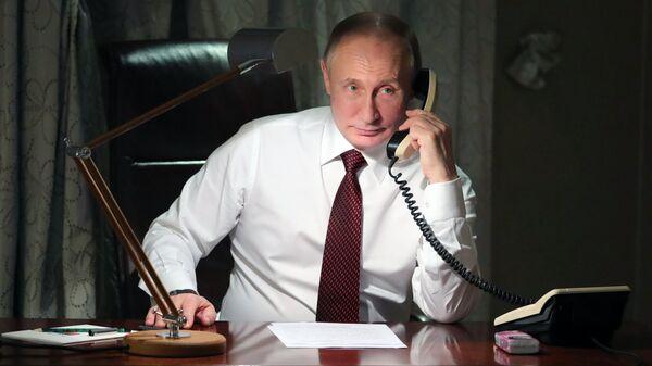 Президент России Владимир Путин во время телефонного разговора с патриархом Константинопольским Варфоломеем из своей резиденции в Анкаре. 3 апреля 2018