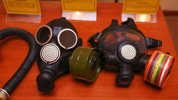 Разные типы противогазов среди оборудования бомбоубежища