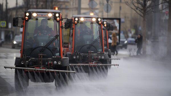 Сотрудники коммунальных служб моют тротуар шампунем в Москве