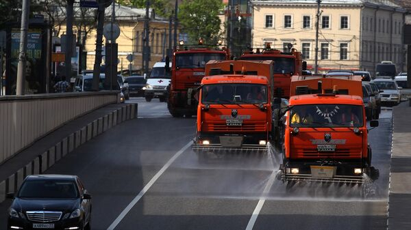 Колонна поливальных машин на Садовом кольце в Москве
