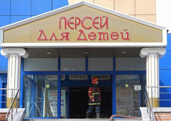 Сотрудник противопожарной службы МЧС РФ у увхода в детский торговый центр Персей в Москве, где произошло возгорание