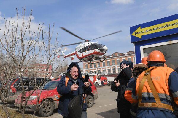 Вертолет Центра экстренной медицинской помощи приземляется у детского торгового центра Персей в Москве, где произошло возгорание
