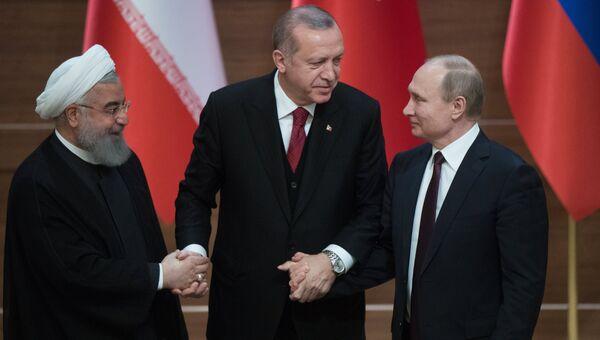 Президент Ирана Хасан Рухани, президент Турциии Реджеп Тайип Эрдоган и президент РФ Владимир Путин после совместной пресс-конференции по итогам встречи в Анкаре. 4 апреля 2018