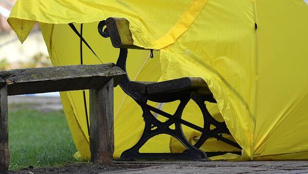 Палатка над скамейкой, на которой были найдены Сергей Скрипаль и его дочь в Солсбери. Март 2018