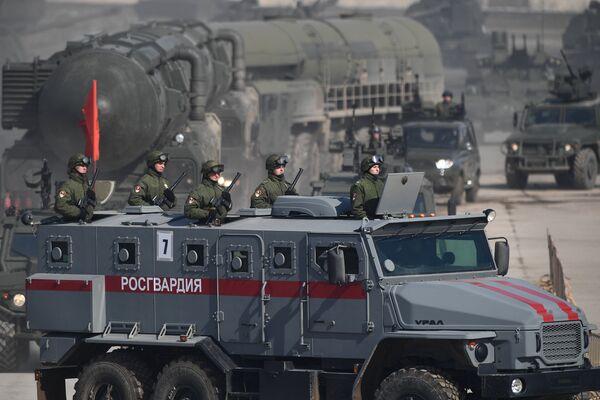Бронированный автомобиль Урал-432009 во время репетиции Парада Победы на военном полигоне Алабино в Московской области