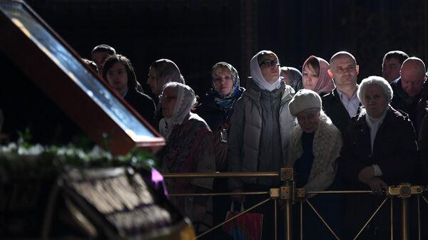 Прихожане во время богослужения в праздник Благовещения Пресвятой Богородицы в кафедральном соборном Храме Христа Спасителя в Москве