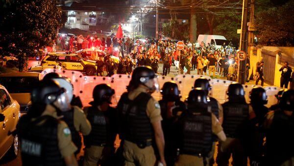 Сторонники бывшего президента Бразилии Луиса Инасио Лула да Силвы протестуют в Куритибе против его ареста, 7 апреля 2018