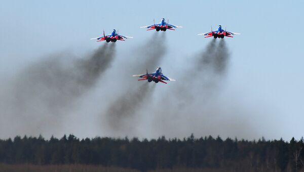 Многоцелевые истребители Су-30СМ пилотажной группы Русские Витязи над аэродромом Кубинка во время репетиции воздушной части парада Победы