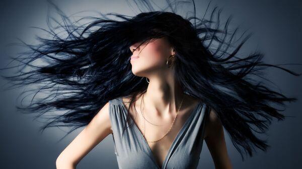 Девушка с черными волосами