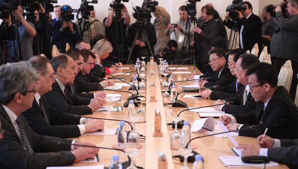 Министр иностранных дел РФ Сергей Лавров во время встречи в Москве с министром иностранных дел КНДР Ли Ён Хо. 10 апреля 2018