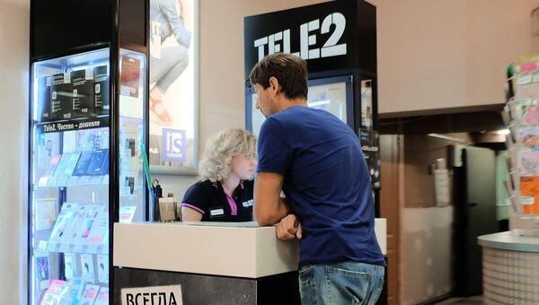 Посетитель у стойки мобильного оператора Tele2. Архивное фото