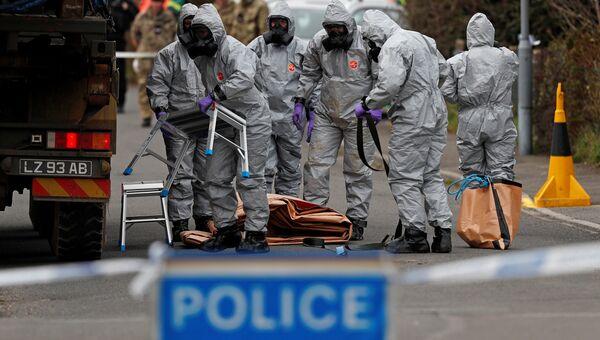 Британские военные в защитных костюмах в Солсбери. Архивное фото