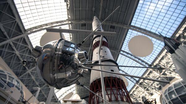 Макет советской автоматической межпланетной станции Луна-1  в центре Космонавтика и авиация на ВДНХ