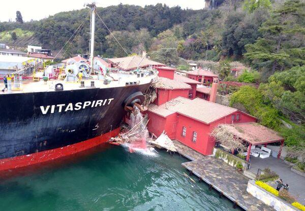 Сухогруз врезался в прибрежное здание в проливе Босфор в Стамбуле, Турция