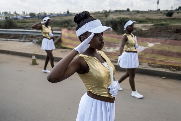 Участницы парада возле дома Винни Манделы, бывшей жены Нельсона Манделы в Соуэто, Йоханнесбург