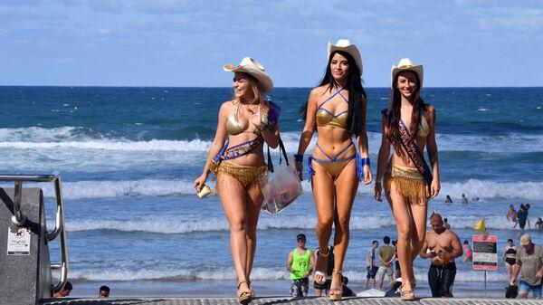 Инспекторы платных парковок осматривают пляж Surfers Paradise в городе Голд-Кост, Австралия