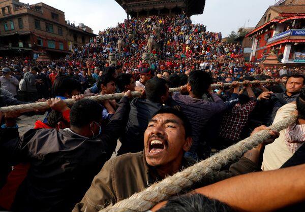 Религиозный фестиваль Bisket в городе Бхактапур, Непал